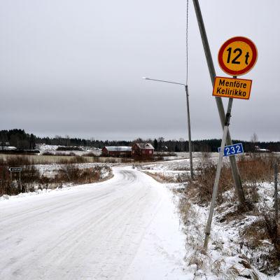 Menföreskylt vid början av grusvägen Rösslevägen i Rejpelt, Vörå. Vinter.