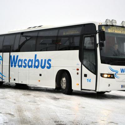 Buss som körs av bolaget Wasabus på en parkering. Vinter.