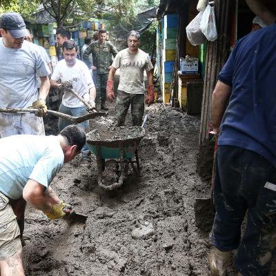 Chilensk militär röjer undan lera från ett bostadsområde i San José de Maipo, nära Santiago 26.2.2017