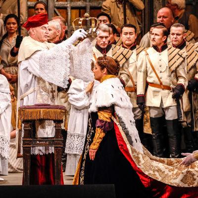 Anna Netrebko on Elsa oopperassa Lohengrin