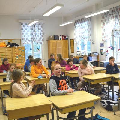 Skolklass i Kråkö skola