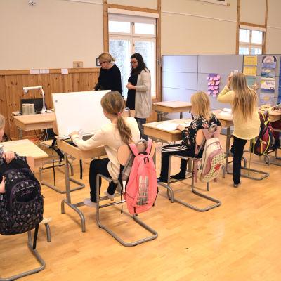 Elever jobbar under matematiklektion i Iniö skola.