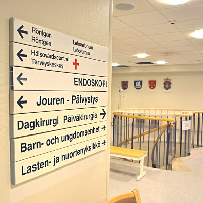 Malmska sjukhuset i Jakobstad. Samarbetsområdets fyra kommunvapen på väggen i bakgrunden.