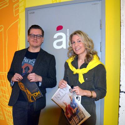 Å communications designer Sam Sihvonen och VD Sanna-Maria Sarelius utanför dörren till sitt kontor