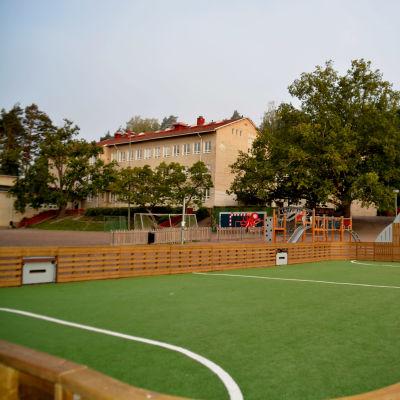 Skolhus och bollrink