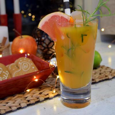 En alkoholfri drink i ett högt glas.