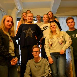 ungdomar poserar för gruppbild