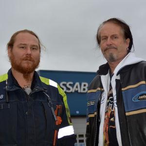 Jonas Gustafsson och Jarmo Peltonen utanför SSAB:s fabrik i Lappvik i Hangö.