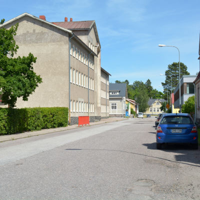 En bil parkerad vid Höijersvägen i Ekenäs. På bilden syns Seminarieskolan.