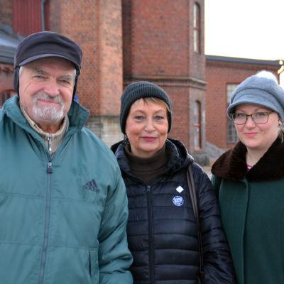 Holger Wickström, Karin Svahnström och Pamela Andersson utanför lokstallet i Karis.