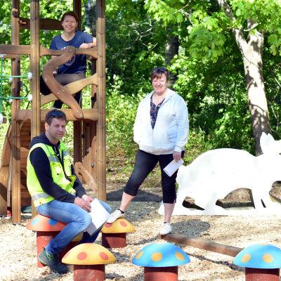 Joacim Mäkela, Satu Wikström och Kaisa Ylimys-Ahlroth i den nya lekparken i Svartå.