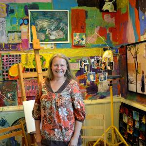 kvinna framför färgglada konstverk
