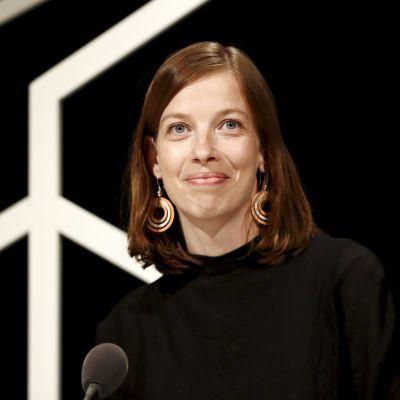 Li Andersson, en kvinna med axellångt brunt hår tittar in i kameran.