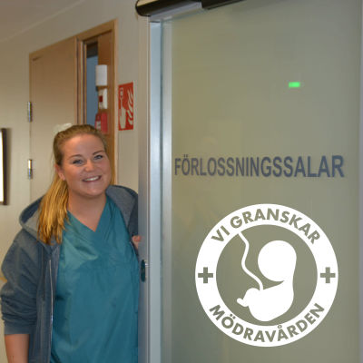 Kvinna står vid dörren till en förlossningssal.