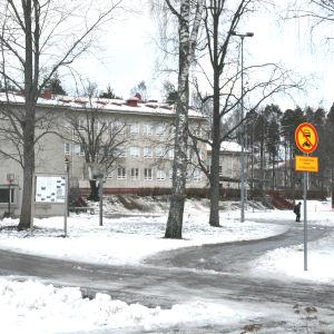 En vit byggnad i Karis som är Katarinaskolan.