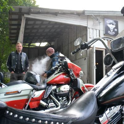 två män med motorcyklar