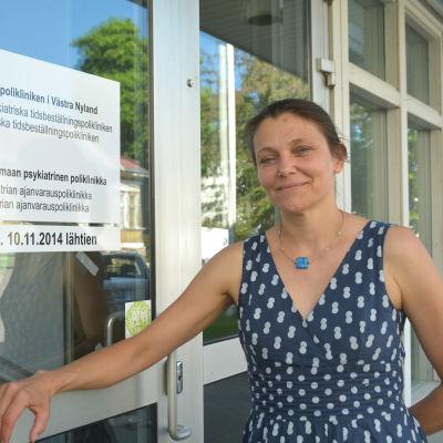 Psykiater Lotta Lassenius-Panula vid ingången till psykiatriska polikliniken i Ekenäs.