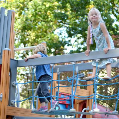 Elwa Höglund leker i en lekpark tillsammans med en annan flicka.