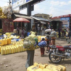 Marknad i gränsstaden Mpondwe i Uganda