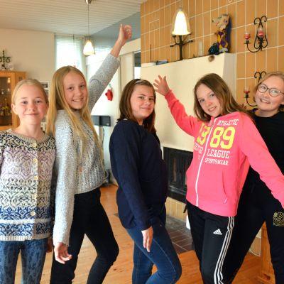 flickor som poserar i vardagsrum