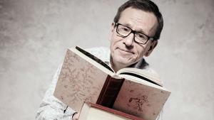 Kirjallisuustoimittaja Seppo Puttonen ja kirjoja.