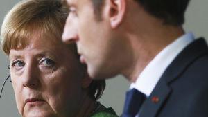 Porträtt på Angela Mercel och Emmanuel Macron