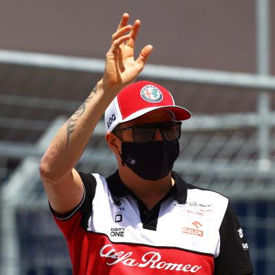 Kimi Räikkönen heiluttaa.