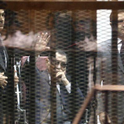 Hosni Mubarak ja hänen kaksi poikaansa saivat kolmen vuoden vankilatuomion korruptiosta. Kairo, toukokuu 2015.