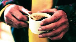 kaffekopp i handen