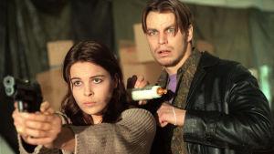 Irina Björklund ja Peter Franzén tv-elokuvassa Jakkulista feministi (1999).