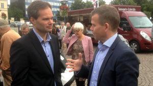 Petteri Orpo och väljare på torget i Tavastehus