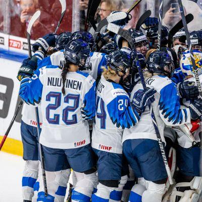 Suomi sai jatkoerässä kiekon maalin, ehti jo juhlia MM-kultaa ennen maalin hylkäystä