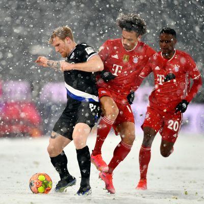 Arminia Bielefeldin Andreas Voglsammer taistelee pallosta Bayernin Leroy Sanen kanssa.