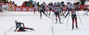 Heidi Weng faller på upploppet, Tour de Ski 2018.