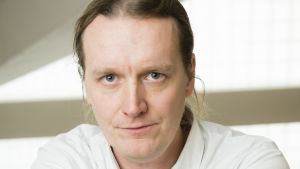 Porträtt av johan strang. han bär en vit skjorta.
