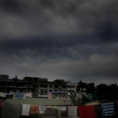 Cyklonen Amphan för med sig mörka regnmoln till Indien.