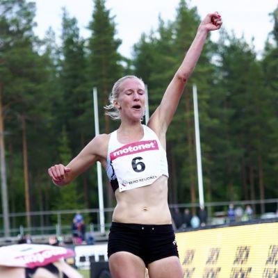 Camilla Richardsson jublar efter målgången i Lapinlahti.