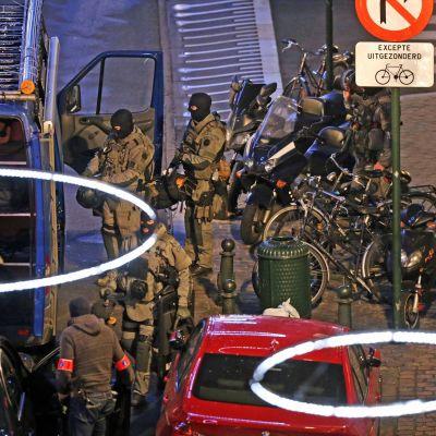 Polisens specialstyrkor undersöker omgivning i Bryssel.