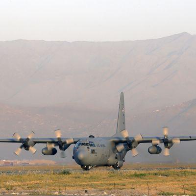 Ett plan av typen Lockheed C 130 Hercules landar i Kabul den 19 augusti 2012.
