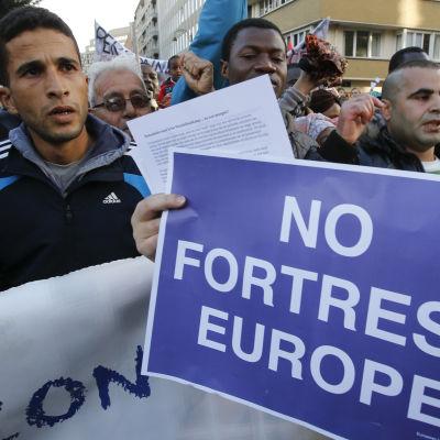 Flyktingar demonstrerar i Bryssel då EU:s inrikesministrar diskuterar flyktingpolitik.