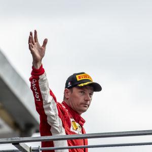 Kimi Räikkönen tackar fansen vid Monza.