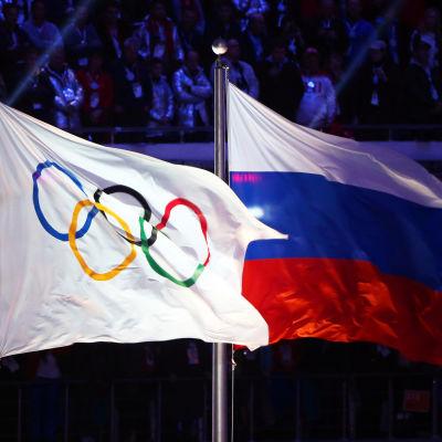 Den olympiska och ryska flaggan under OS i ryska Sotji.
