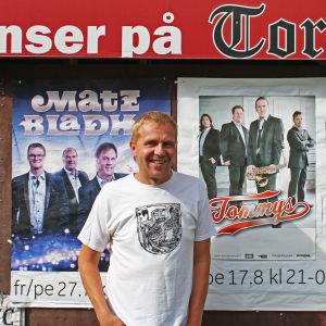 Sami Nylund som arrangerar danser på Torparrian i Tenala