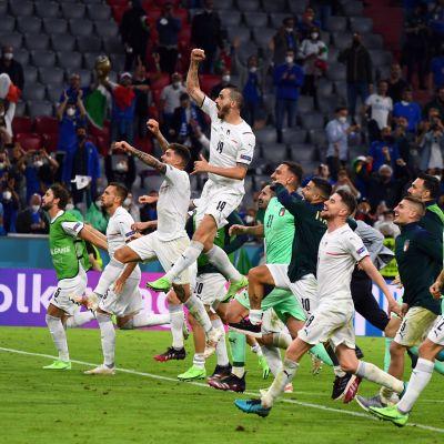 Leonardo Bonucci ja muut Italian pelaajat tuulettavat puolivälierävoittoa Belgiasta jalkapallon EM-kisoissa 2021.