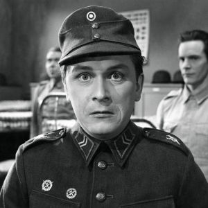 Leo Jokela aliupseerina elokuvassa Sotapojan heilat.