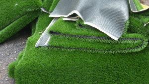 Konstgräs kommer i tremeterremsor.
