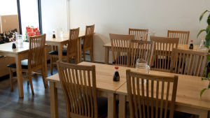 Tomma bord i restaurang.