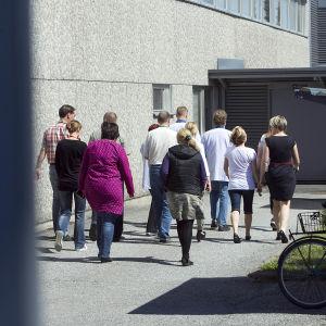 Nokia-anställda i Salo marscherar ut.