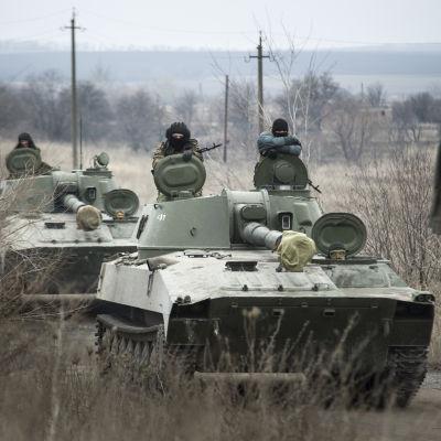Proryska separatister uppges dra bort tunga vapen från en by i Donetskregionen 26.2.2015