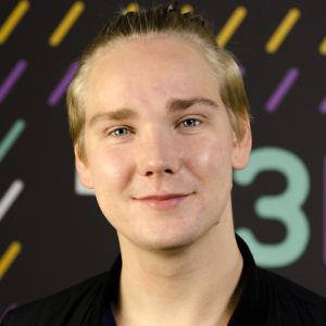 Kristian 'Krippe' Westerling framför X3M-väggen.